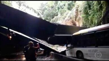 Túnel Acústico do Rio fica interditado após desabamento de vigas e tumultua o trânsito - Uma parte da estrutura do Túnel Acústico, uma das principais ligações entre as zonas Sul e Oeste do Rio, veio abaixo. Felizmente, ninguém se feriu. Em São Paulo, a chuva causou interdições em várias rodovias.