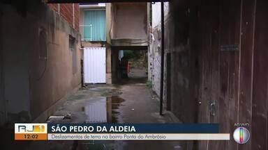 Deslizamento de terra é registrado em São Pedro da Aldeia - Uma encosta desceu com algumas árvores e a Defesa Civil interditou oito casas no bairro Ponta do Ambrósio.
