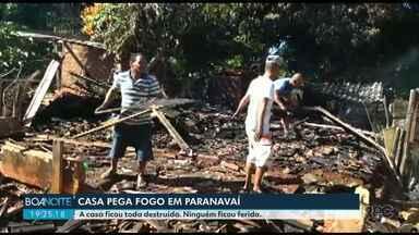 Casa pega fogo em Paranavaí - O fogo destruiu toda a casa. Os bombeiros usaram 10 mil litros de água para controlar o incêndio.