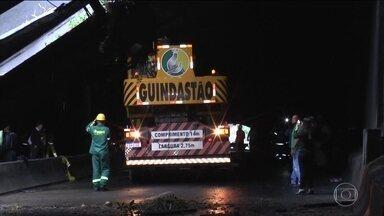 Equipes trabalham para reabrir túnel que liga as zonas Sul e Oeste do Rio - O Rio de Janeiro permanece em estágio de crise. A principal ligação entre a Zona Sul e a Zona Oeste da cidade está fechada por causa do desabamento de parte do Túnel Acústico.