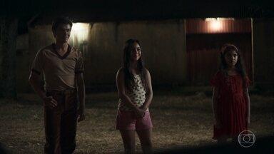 Ademir e Avelina treinam tiro com as crianças - Maria é a única que erra a mira
