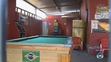 Dono de bar é feito de refém e agredido por assaltantes em Botucatu - O dono de um bar foi feito de refém e foi agredido por dois assaltantes na noite desta segunda-feira (20) em Botucatu (SP).