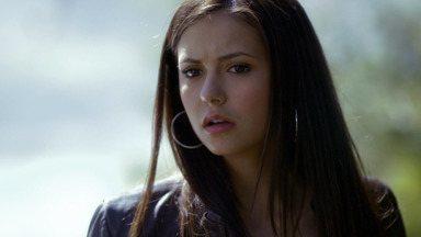 Piloto - Lidando com a perda dos pais em um acidente, Elena se atrai pelo misterioso Stefan, um vampiro que vai disputar a alma da jovem com seu irmão mais velho, Damon.