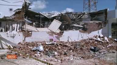 Criminosos explodem duas agências bancárias em cidade da PB - Trinta criminosos que chegaram em seis carros participaram da ação. As explosões foram tão fortes que destruíram as unidades.