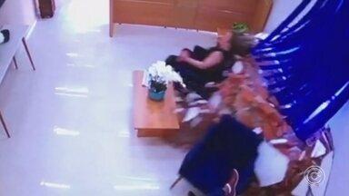 Mulher que saiu ilesa depois de ser atingida por um carro volta a trabalhar - Já está trabalhando normalmente a assistente de departamento pessoal que foi atingida por um carro dentro do escritório onde ela trabalha em Votorantim (SP).
