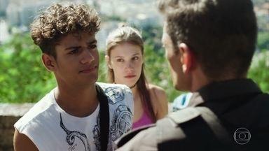 Cleber descobre que Anjinha é filha do Major Marco Rodrigo - O motoboy fica chocado com a revelação