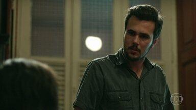 Neuza confessa para Célio que ele não é o pai biológico de Erica - Ele fica furioso com a revelação e Evandro tenta acalmá-lo