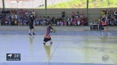 Menino com pernas amputadas é destaque em time de handbol nos Jogos Escolares de MG - Menino com pernas amputadas é destaque em time de handbol nos Jogos Escolares de MG