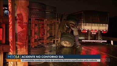 Acidente no contorno sul - O caminhão tombou e carga de toras de madeira ficou espalhada pela rodovia