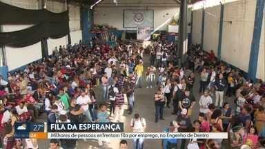 Milhares de pessoas enfrentam fila de feirão de emprego na Zona Norte - Feira de emprego reúne milhares de pessoas em busca de uma vaga de trabalho no Engenho de Dentro.