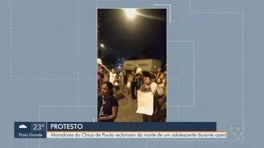 Moradores do Chico de Paula protestam por morte de adolescente durante operação policial - A Rua Bóris Kauffman, no bairro Chico de Paula, foi fechada por manifestantes, na noite desta quinta-feira (23).