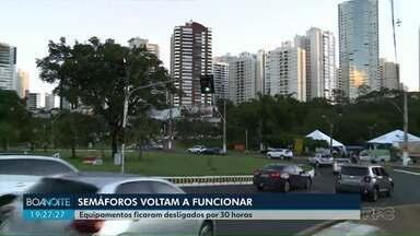 Semáforos na rotatória da Avenida Maringá com Ayrton Senna voltam a funcionar - Equipamentos ficaram desligados por 30 horas.