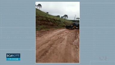 Produtor fica com o caminhão atolado no meio da estrada no distrito Guairacá - O veículo precisou ser puxado por um trator.