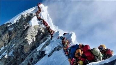 Três alpinistas morreram nesta sexta-feira no Everest - Superlotação de alpinistas aumenta o risco na escalada do pico mais alto do mundo