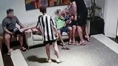 Procurador agride adolescente de 15 anos em condomínio na Bahia; veja imagens - Agressão aconteceu após discussão do menino e um amigo com filho do procurador, de 11 anos, na quadra de futebol do local. O caso foi parar na delegacia.
