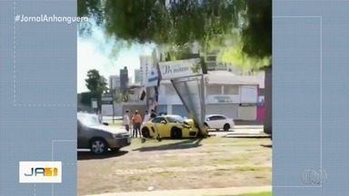 Imagens mostram carro de luxo dando cavalos de pau na Avenida 85, em Goiânia - Câmeras de segurança também flagraram Porsche amarelo passando em alta velocidade na Avenida C-264. Não se sabe se o veículo é o mesmo que se envolveu em acidente em comércio.
