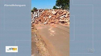 Morador de Itaberaí joga resto de demolição no meio da rua, atrapalhando vizinhos - Telespectador enviou imagens.