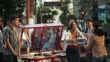Maria vende seus bolos na rua - Ela também vai ao hospital todos os dias para ver Josiane