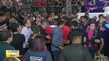 Gabriel Diniz é enterrado sob forte comoção em João Pessoa - Pilotos que estavam na aeronave também foram sepultados na terça-feira (28).