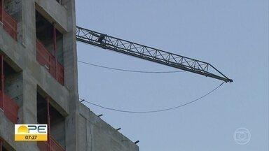 Homem morre esmagado ao desmontar guindaste de construção no Recife - A vítima, de 56 anos, estava no 20º andar do edifício quando foi atingida pela grua.