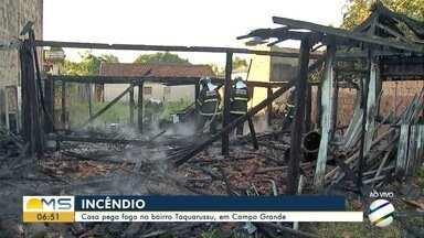 Casa pega fogo no bairro Taquarussu, em Campo Grande - Incêndio ocorreu no início da manhã desta quarta-feira (29).