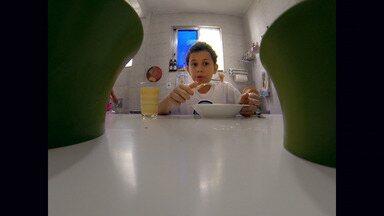 Comer ou Comer - Igor tem dez anos e se recusa a experimentar qualquer alimento que não seja industrializado. Os pais dele não sabem o que fazer e pedem socorro a Gabriela Kapim.