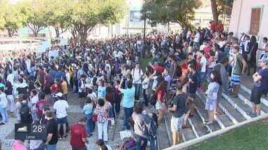 Estudantes realizam manifestações contra cortes na educação em Araraquara e São Carlos - Estavam presentes alunos da Unesp, UFSCar, Usp e IFSP.