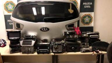 """Polícia prende quadrilha que fazia """"rouboconferência"""" de carros na Baixada Fluminense - Uma investigação da polícia revelou que grupos de bandidos falavam ao mesmo tempo para realizar roubos de veículos. A quadrilha roubava quase 100 carros por mês. Uma operação foi feita para prender seis integrantes em Belford Roxo."""