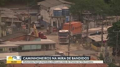 Bandidos roubam carga avaliada em R$700 mil na Rodovia Dutra - O comboio com dois caminhões foi roubado na tarde desta quinta (30) na Rodovia Presidente Dutra, na altura de Paracambi. Os motoristas foram levados para Vila Cruzeiro.