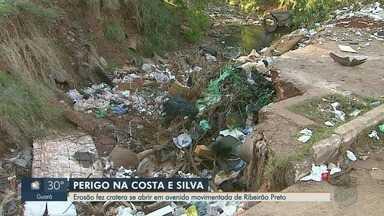 Erosão faz cratera se abrir em avenida movimentada de Ribeirão Preto, SP - Problema fica na Avenida Costa e Silva e tem colocado em risco quem passa pelo local.