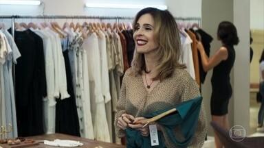 Lyris conhece Gilda na loja - Maria e Amadeu não se encontram no shopping. Lyris fica encantada com a forma como o advogado trata Gilda e decide ajudá-la a conseguir a vaga de corretora na empresa de Agno