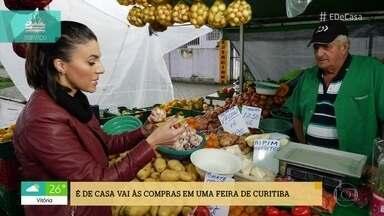 'É De Casa' na feira com você - Valéria Almeida confere a feira em São Paulo, Luiza Zveiter na feira do Rio de Janeiro e Carla Lima na feira em Curitiba .Onde será que o preço dos alimentos está mais barato?
