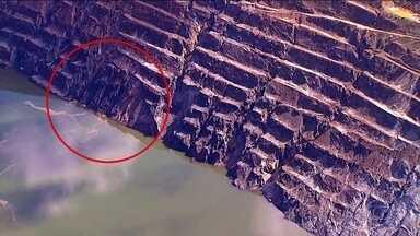 Defesa Civil monitora mina em Barão de Cocais após parte de paredão ceder - A Defesa Civil e a Agência Nacional de Mineração monitoram o paredão da mina do Gongo Soco, em Barão de Cocais, MG. Parte do paredão cedeu nesta sexta (31), a preocupação é com a barragem de rejeitos que fica perto.
