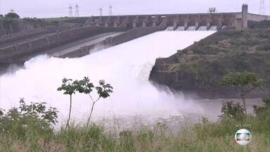 Excesso de água deixa uma das calhas do vertedouro da Usina de Itaipu aberta - A Usina de Itaipu amanheceu neste sábado (1º) com uma das calhas do vertedouro aberta. A grande quantidade de chuva nos afluentes do Rio Paraná nos últimos dias, aumentou o volume de água no reservatório da usina.