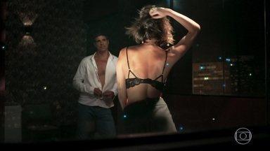 Jô faz dança sensual para Régis - O rapaz beija a moça