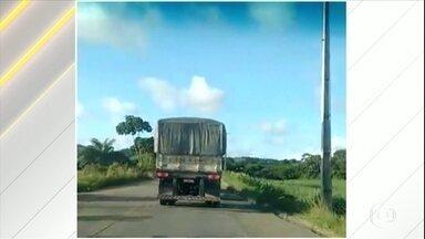 Policiais perseguem caminhão desgovernado em Pernambuco - A polícia perseguiu o veículo por sete quilômetros. O caminhão saiu da estrada várias vezes, andou pela contramão e colocou em risco a vida de quem passava pela rodovia.