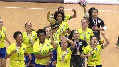 Sob o comando de Amandinha, Brasil goleia a Argentina e conquista o Grand Prix Feminino de Futsal - Sob o comando de Amandinha, Brasil goleia a Argentina e conquista o Grand Prix Feminino de Futsal