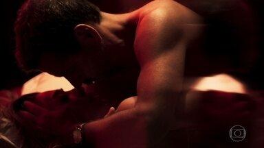 Maria e Amadeu se entregam à paixão - Os dois se amam em um local mais reservado