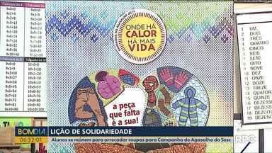 Alunos se reúnem para arrecadar roupas para Campanha do Agasalho do Sesc - A campanha do agasalho vai até dia dez de agosto. As doações podem ser feitas nas unidades do Sesc e da RPC no Paraná.