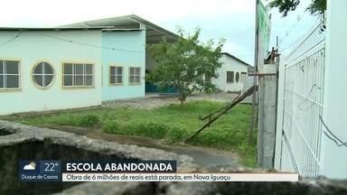 Obra de escola está abandonada, em Nova Iguaçu - Crianças andam 40 minutos para estudar. Escola abandonada fica a 200 metros das casas.
