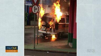 Transporte escolar pega fogo em Jacarezinho - A kombi transportava alunos no momento do incêndio, mas ninguém se feriu.