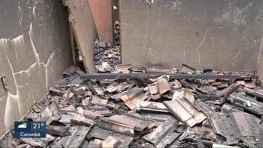 Incêndio sob suspeita - Fogo destrói casa e um homem é preso por suspeita de ter provocado o incêndio.