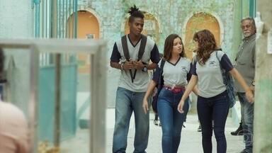 Camelo e Nanda insistem que Raíssa vá à roda de rap - Raíssa diz que precisa estudar para conseguir vaga em uma faculdade pública de direito