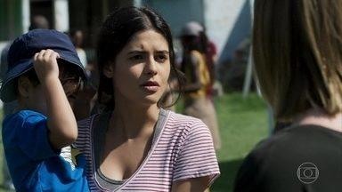 Laila sugere que Dalila/Basma se consulte com Letícia - A esposa de Jamil disfarça o incômodo de ver Dalila/Basma brincando com seu filho