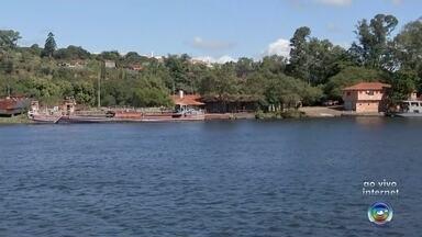 Estudantes têm aula prática em embarcação no Rio Tietê - Objetivo da ação é que os estudantes possam observar a vegetação do local para que depois plantem mudas nas margens do rio.