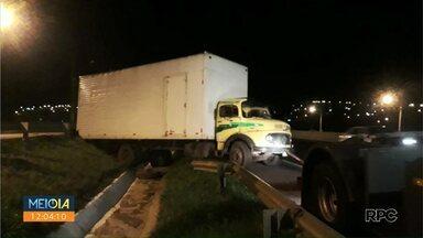 Caminhão escapa do guincho e atinge carro no Contorno Norte, em Maringá - Veículo teve problemas mecânico e precisou ser guinchado. Na hora de prender o caminhão do equipamento do guincho, escapou e desceu a pista até atingir carro.
