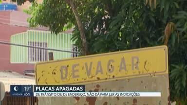 Placas em Ceilândia e no Cruzeiro estão apagadas - Motoristas e pedestres reclamam da sinalização ruim.