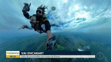 'Vai Encarar?': Gustavo Garcia salta de paraquedas nas nuvens de Búzios, no RJ - Assista a seguir.