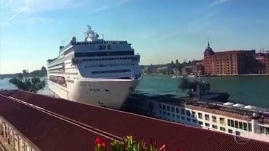 Navios gigantes estão levando medo aos moradores de Veneza, na Itália - Na última semana um cruzeiro atingiu o porto da cidade, que é um dos pontos turísticos mais famosos do mundo. Quatro pessoas ficaram feridas.