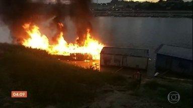Explosão em embarcação deixa um morto e 18 feridos no interior do Acre - O barco explodiu quando era abastecido dentro do rio por um caminhão pipa. Nove vítimas estão em situação muito grave.